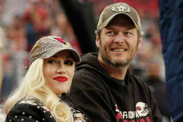 GLENDALE, AZ - DECEMBER 27: Musicians Gwen Stefani and Blake Shelton attend the NFL game between the Green Bay Packers and Arizona Cardinals at the University of Phoenix Stadium on December 27, 2015 in Glendale, Arizona. (Photo by Christian Petersen/Getty Images) ORG XMIT: 587463265