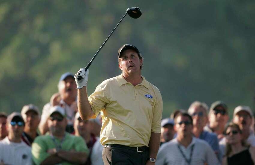 Phil Mickelson réagit à une conduite errante sur 18 lors de la dernière manche de l'US Open au Winged Foot Golf Club le dimanche 18 juin 2006 à Mamaroneck, N.Y.