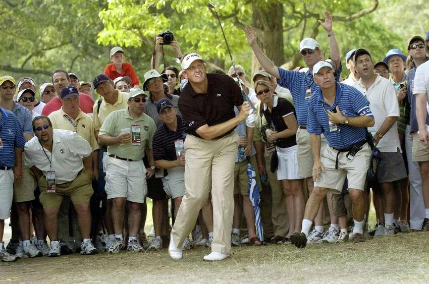 Colin Montgomerie d'Ecosse regarde son tir depuis un chemin de terre du 8e fairway lors de la troisième manche de l'US Open Championship le 17 juin 2006 au Winged Foot Golf Club de Mamaroneck, NY. Montgomerie a tiré un 75 pour abandonner l'avance du 2e tour et est à 5 au-dessus du pair pour le tournoi. PHOTO AFP / Stan HONDA