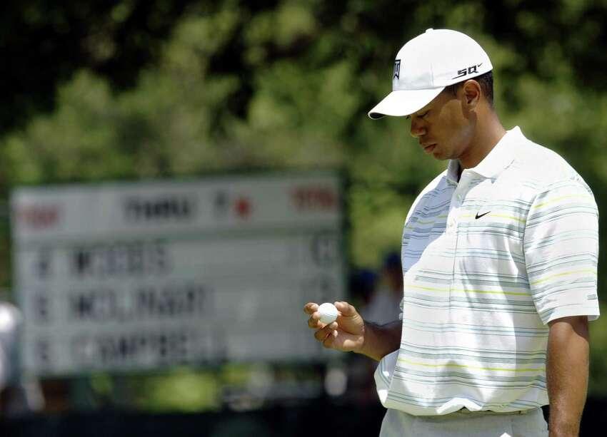 Tiger Woods des États-Unis après un bogey sur le 8e trou lors de la deuxième manche de l'US Open Championship le 16 juin 2006 au Winged Foot Golf Club à Mamaroneck, NY. Woods a tiré 76 pour terminer les deux tours à 12 au-dessus du pair. PHOTO AFP / Stan HONDA