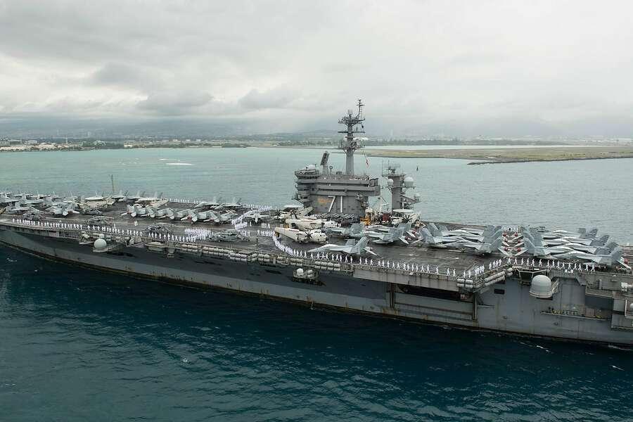 O USS Theodore Roosevelt, atualmente ancorado em Guam, tem mais de 100 marinheiros infectados com o coronavírus.