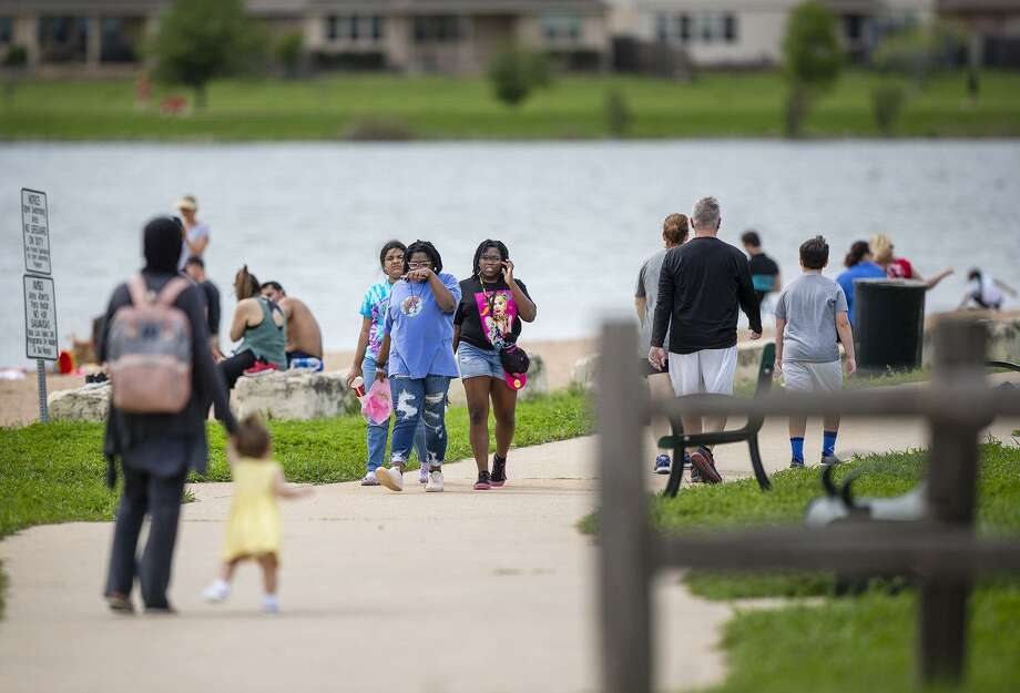 Crowds of people were seen walking, running, swimming and riding their bikes Saturday at Lake Pflugerville. On Monday, the city closed the lake, including its parks and trails. [RICARDO B. BRAZZIELL/AMERICAN-STATESMAN] Photo: RICARDO B. BRAZZIELL/AMERICAN-ST/TNS