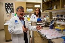 El doctor Peter Hotez (izq.), en su laboratorio del Centro de Desarrollo de Vacunas del Texas Children's Hospital - Baylor College of Medicine, el 18 de febrero de 2020 en Houston.