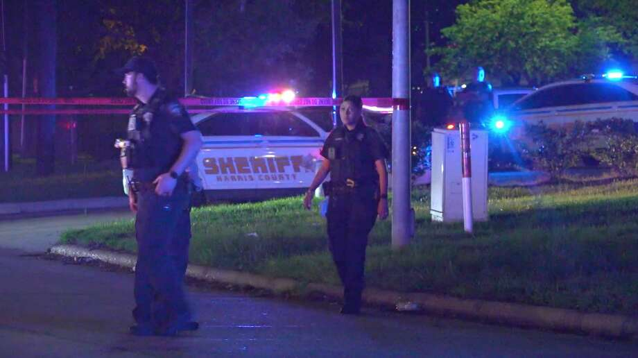 Harris County Sheriff's Office deputies investigate a deadly shooting in the 300 block of Wells Fargo Drive on Monday, March 30, 2020. Photo: OnScene.TV