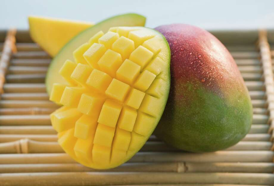 Cut mango on bamboo tray Photo: Tom Grill / Getty Images / (c) Tom Grill