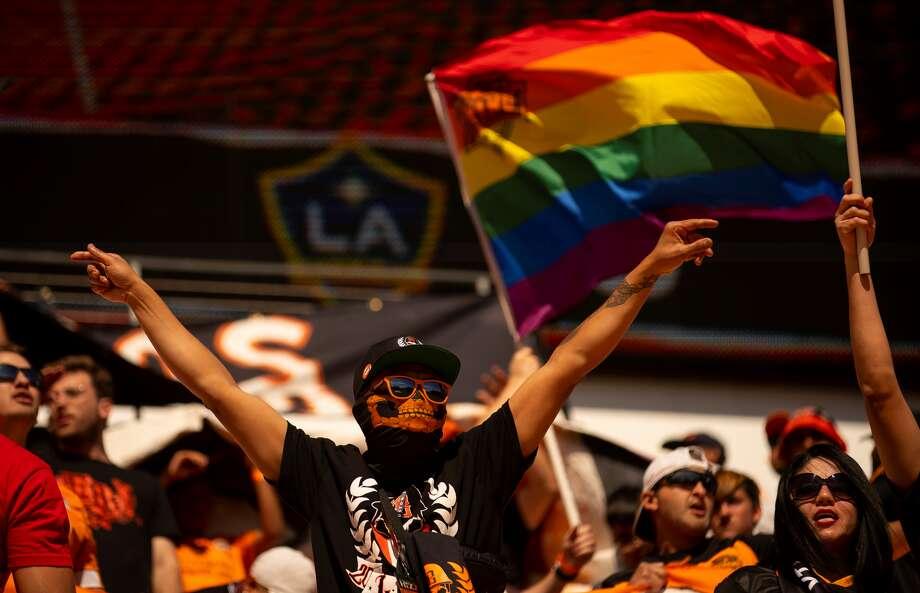 Simpatizantes del Dynamo alientan al equipo de Houston en el partido que terminó empatado 1-1 con el Galaxy de Los Ángeles en la primera jornada de la temporada de la MLS, el sábado 29 de febrero de 2020, en el BBVA Stadium. Photo: Mark Mulligan / Houston Chronicle