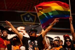 Simpatizantes del Dynamo alientan al equipo de Houston en el partido que terminó empatado 1-1 con el Galaxy de Los Ángeles en la primera jornada de la temporada de la MLS, el sábado 29 de febrero de 2020, en el BBVA Stadium.