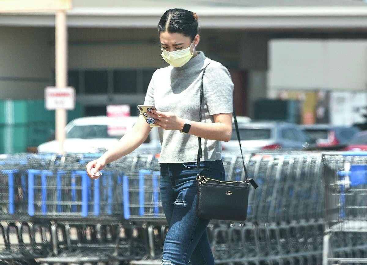 Compradores cubren su boca y nariz con diferentes tipos de mascarillas, el miércoles 1 de abril, en el exterior de Wal-Mart, de la avenida San Bernardo.