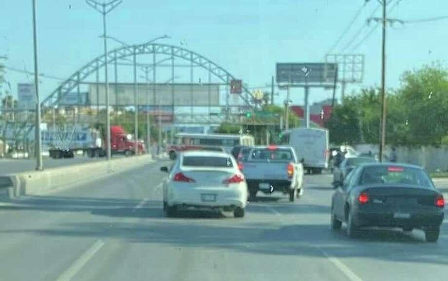 Un camión urbano aparece al fondo de la imagen bloqueando una de las avenidas principales de Nuevo Laredo, México, el miércoles, durante una serie de acciones como represalia por la muerte de un alto líder del cártel CDN en un enfrentamiento con las autoridades. Photo: Foto De Cortesía