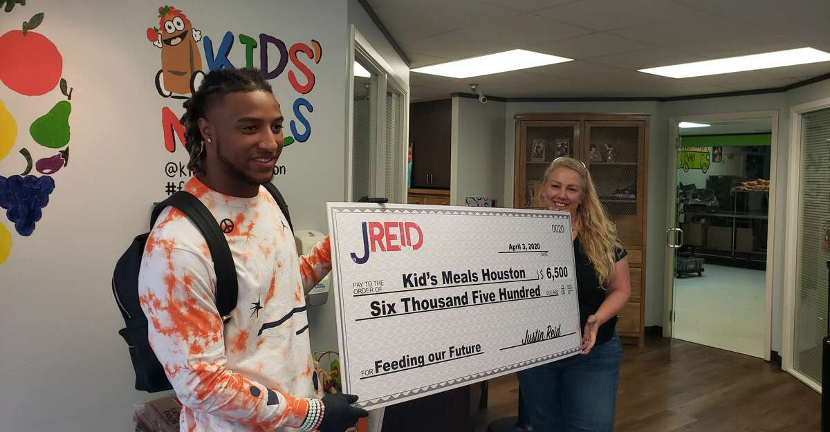 Texans safety Justin Reid partnered with Kid's Meals Houston to package snacks for children in the community.