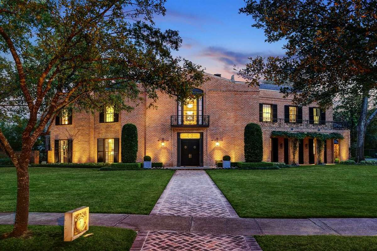 Located at 3 Remington Lane in Shadyside, this historic $7 million mansion was designed in 1939 by renowned Houston architect John Staub. The home was built for the daughter of Joseph Cullinan, who founded Texaco and shaped the oil industry in Texas.