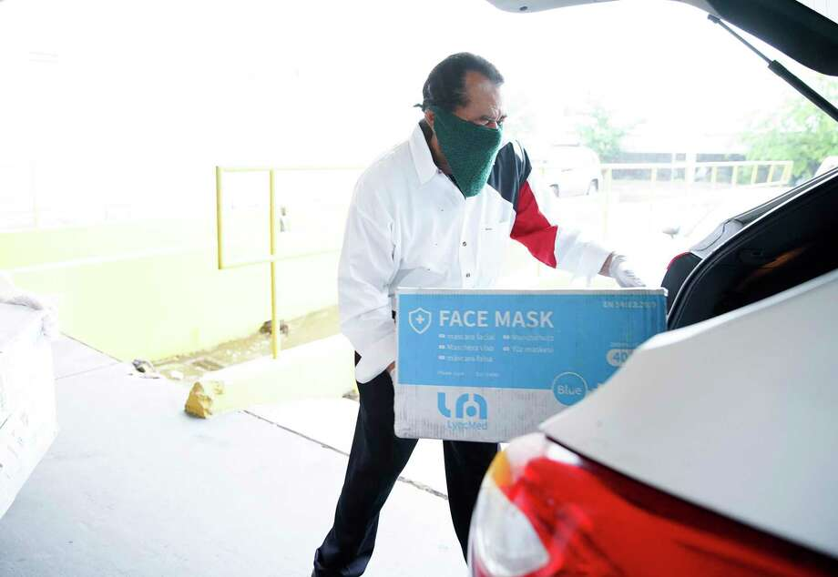U.S. Rep. Al Green loads up a car with medical masks donated by the International Management District through its coronavirus task force in Houston on Saturday, April 4, 2020. Photo: Elizabeth Conley, Houston Chronicle / Staff Photographer / © 2020 Houston Chronicle