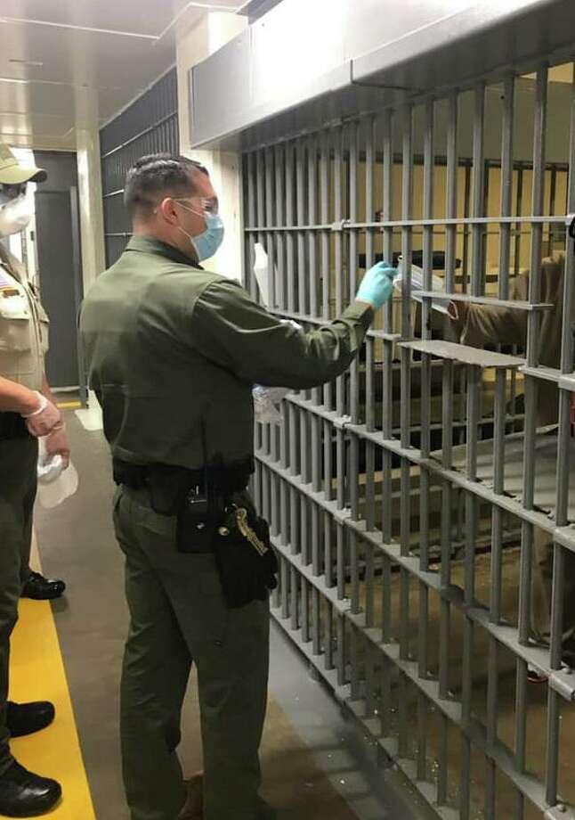 Personal de la Cárcel del Condado de Webb entrega mascarillas de protección a los internos como una medida preventiva en medio de la pandemia por el COVID-19. Photo: Foto De Cortesía /Oficina Del Alguacil Del Condado De Webb