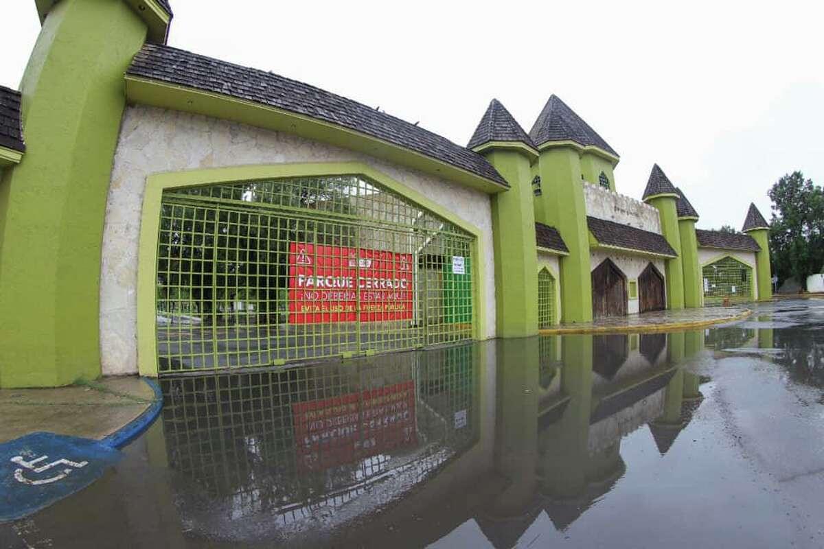 Un letrero puede ser visto en la entrada principal del Parque Viveros en Nuevo Laredo, México, el cual indica que el parque está cerrado. Los funcionarios de la ciudad cerraron parques públicos para combatir la propagación del virus COVID-19.