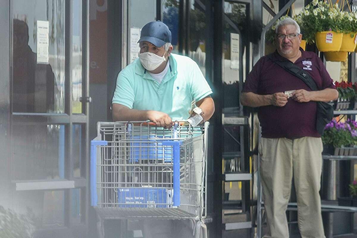 Compradroes cubren su boca con diferentes tipos de mascarillas el miércoles 1 de abril de 2020, en el exterior de Wal-Mart en su ubicación de la avenida San Bernardo. Autoridades locales podrían imponer medidas más estrictas para el uso de las mascarillas.