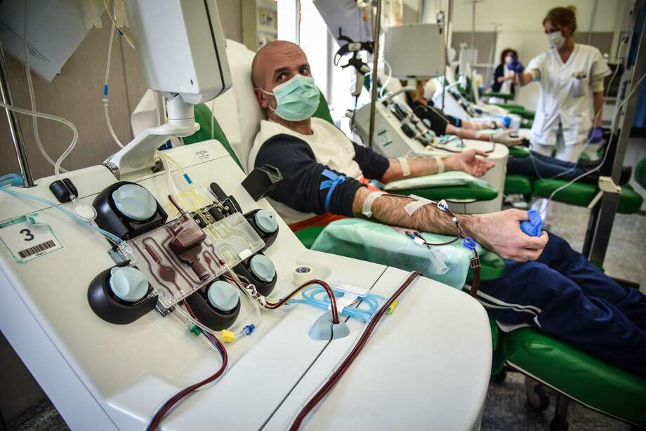 A patient who recovered from covid-19, the disease caused by the novel coronavirus, has plasma taken on Monday at a hospital in Pavia, Italy. The blood, rich in coronavirus antibodies, will be used to try to treat others. Photo: Matteo Corner /EPA-EFE / Shutterstock