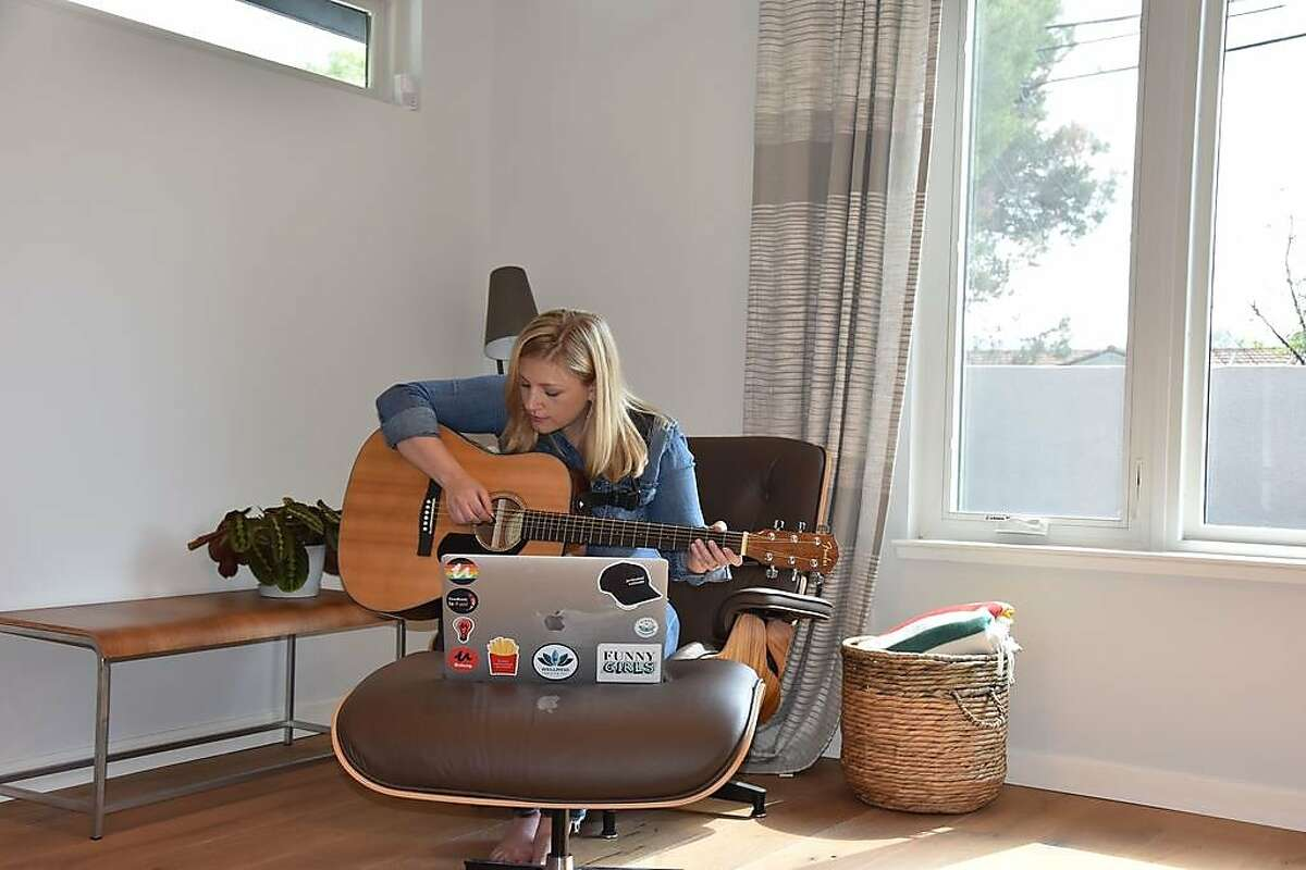Shelley Osborne, the VP of Learning at Udemy, is learning to play the guitar online.