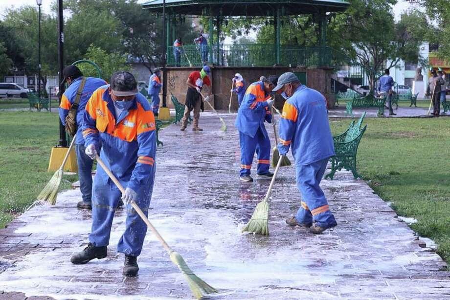 Trabajadores municipales en Nuevo Laredo, México, realizan obras de limpieza como una medida para tratar de contener la propagación del COVID-19. Photo: Foto De Cortesía /Gobierno De Nuevo Laredo