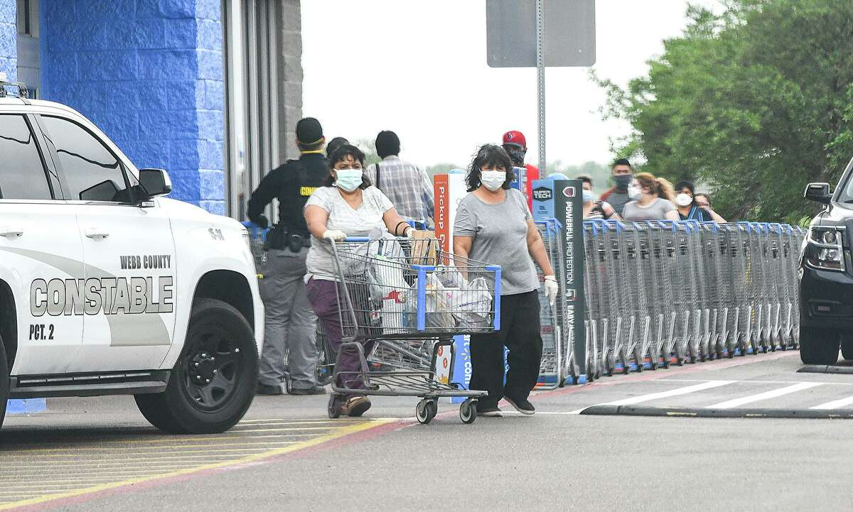 Compradores usan máscaras faciales como parte de la orden de la ciudad para ayudar a reducir la propagación del COVID-19, el jueves 2 de abril de 2020. El miércoles 8 de abril, funcionarios de la ciudad, modificaron la orden con medidas más estrictas.
