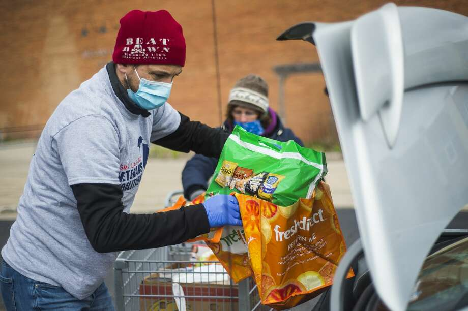 Peter Buist loads food items into vehicles during a mobile food pantry hosted by the Midland County Emergency Food Pantry Network Thursday, April 9, 2020 at Midland High School. (Katy Kildee/kkildee@mdn.net) Photo: (Katy Kildee/kkildee@mdn.net)