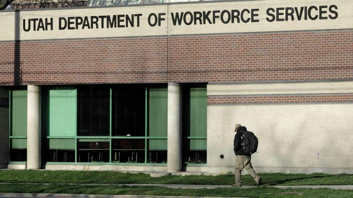 Un hombre pasa frente al Departamento de Servicios Laborales de Utah el jueves 9 de abril de 2020 en Salt Lake City. Con la sorprendente cifra de 6,6 millones de personas que buscaban beneficios de desempleo la semana pasada, Estados Unidos ha alcanzado un hito sombrío: más de uno de cada 10 trabajadores ha perdido su trabajo en las últimas tres semanas debido al brote de coronavirus.