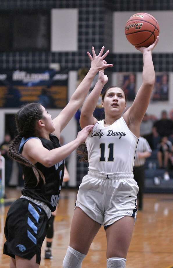 Kayla Herrera ranked second in the city averaging 13.6 points per game in her first varsity season at Alexander. Photo: Cuate Santos /Laredo Morning Times File / Laredo Morning Times
