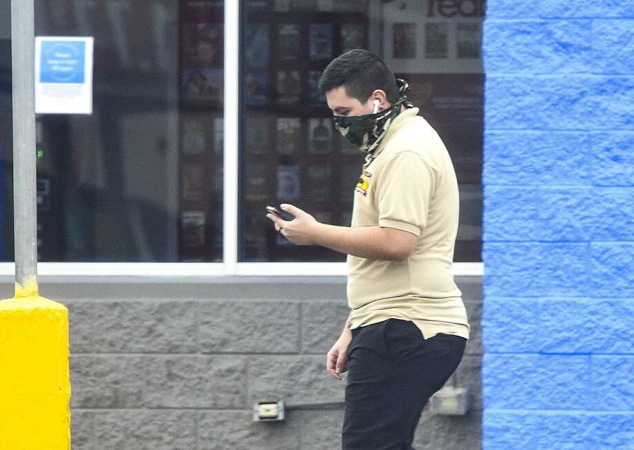 Shoppers wear face masks as part of a new city mandate to help reduce the spread of coronavirus COVID-19, Thursday, Apr. 2, 2020, at Wal-Mart. Photo: Danny Zaragoza, Laredo Morning Times