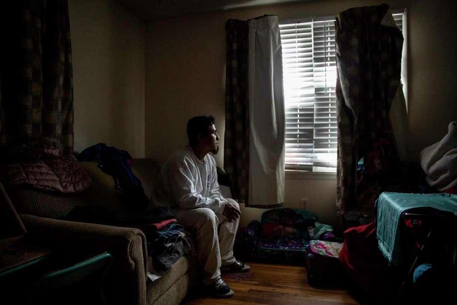 En imagen del viernes 3 de abril de 2020, José Martínez, que se dedica a pintar casas, mira por la ventana en su hogar en Greenfield, Massachusetts. Photo: David Goldman /Associated Press / Copyright 2020 The Associated Press. All rights reserved.