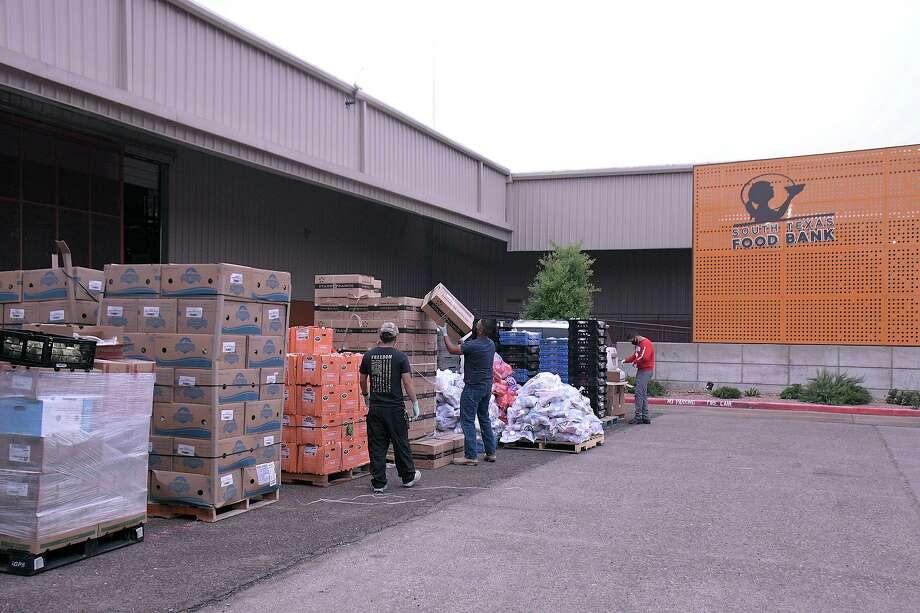 El Banco de Alimentos del Sur de Texas inició sus distribuciones de alimentos de emergencia COVID-19, martes 7 de marzo de 2020. Las distribuciones se llevarán a cabo, en las instalaciones del banco de alimentos, ubicado en 2121 Jefferson Street, de 8:30 a 11:00 a.m. y de 1:30 a 3:30 pm, todos los martes, miércoles y jueves hasta el final de la pandemia. Para la seguridad de la comunidad y el personal, solo se pueden recoger alimentos en su propio automóvil. Photo: Cuate Santos /Laredo Morning Times / Laredo Morning Times