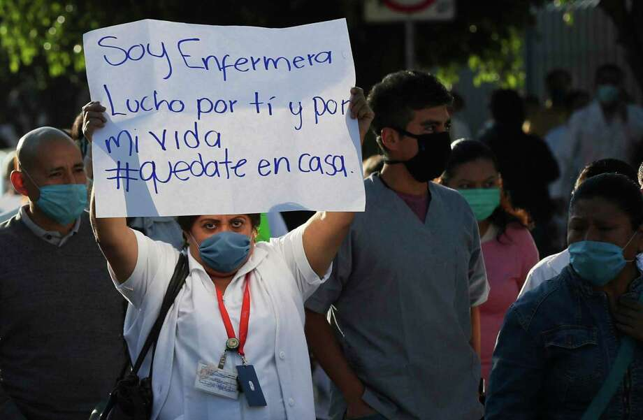 Trabajadores de salud exigen equipo de protección durante una protesta afuera de un hospital público en la Ciudad de México, el lunes 13 de abril de 2020. Photo: Fernando Llano /Associated Press / Copyright 2020 The Associated Press. All rights reserved.