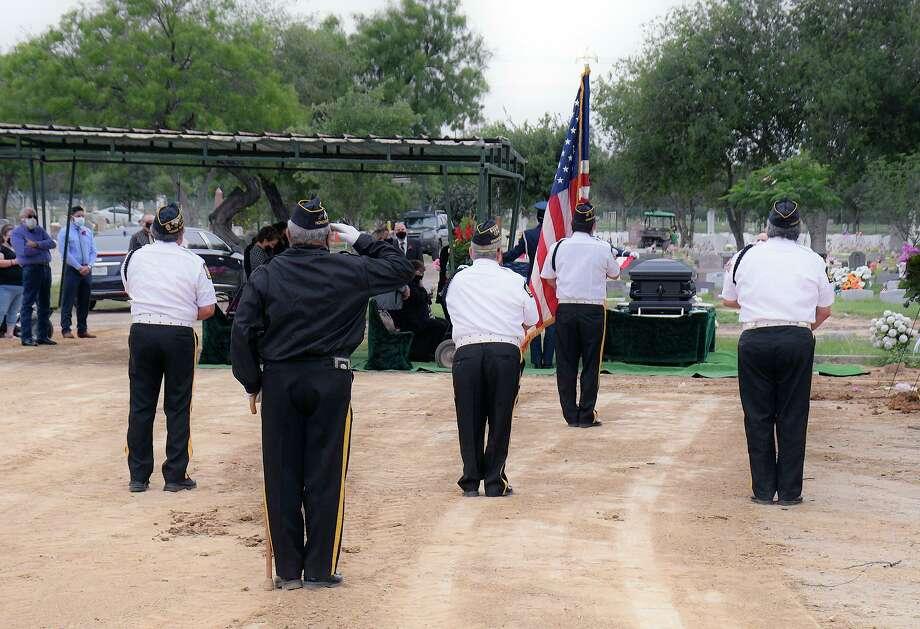 Siguiendo las pautas de CDC para contener la propagación del coronavirus, miembros de la Guardia de Honor de la Legión Americana Puesto 59 conservan su distancia al rendir tributo a un veterano durante su funeral, el martes 14 de abril de 2020. Photo: Cuate Santos /Laredo Morning Times / Laredo Morning Times
