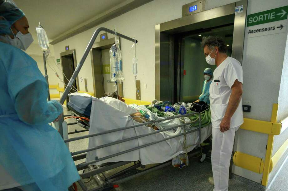 A patient infected with COVID-19 is transferred to intensive care. Photo: Getty Images / AFP or licensors