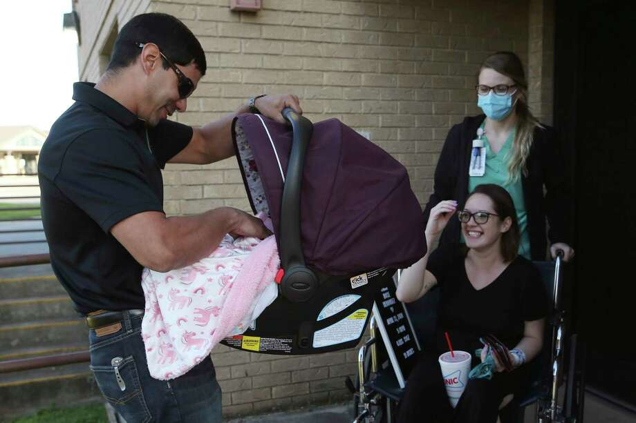 Thirty-nine hours after arriving at the hospital, Alex held Luna for the first time. Photo: Jerry Lara / **MANDATORY CREDIT FOR PHOTOG AND SAN ANTONIO EXPRESS-NEWS/NO SALES/MAGS OUT/TV   © 2019 San Antonio Express-News