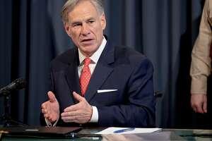 El gobernador de Texas, Greg Abbott, habla durante una conferencia de prensa sobre el COVID-19 en el Capitolio estatal en Austin.