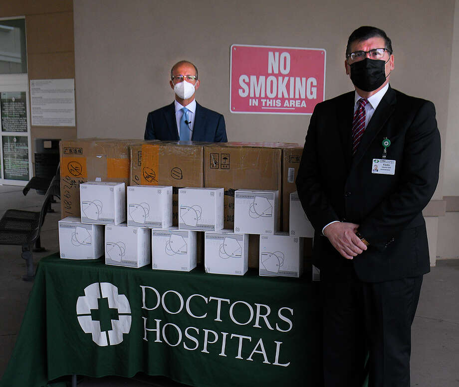 In an effort to help the medical staff at Doctors Hospital and Laredo Medical Center, Dr. Michael A. Hochman, left, donated 2,000 protective medical grade N-95 virus-resistant face masks to each centers, Friday, April 17, 2020. Accepting the donation for Doctors Hospital is interim CEO, Eladio Montalvo. Photo: Cuate Santos/Laredo Morning Times