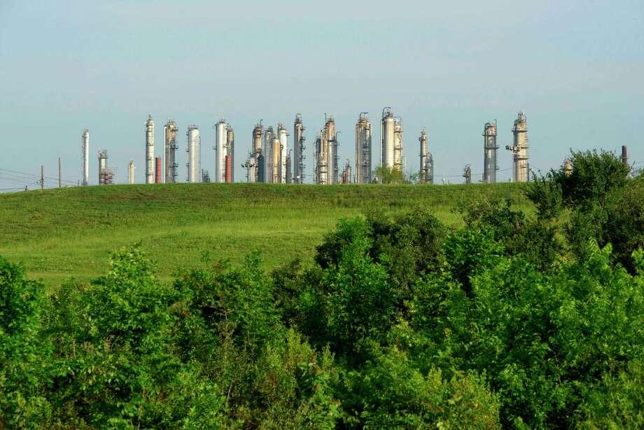 Las torres de la refinería petroquímica pueden ser vistas desde el parque Charles H Milby Park en Houston, Texas, el 20 de abril de 2020. Photo: Mark Félix /AFP /AFP Via Getty Images / AFP