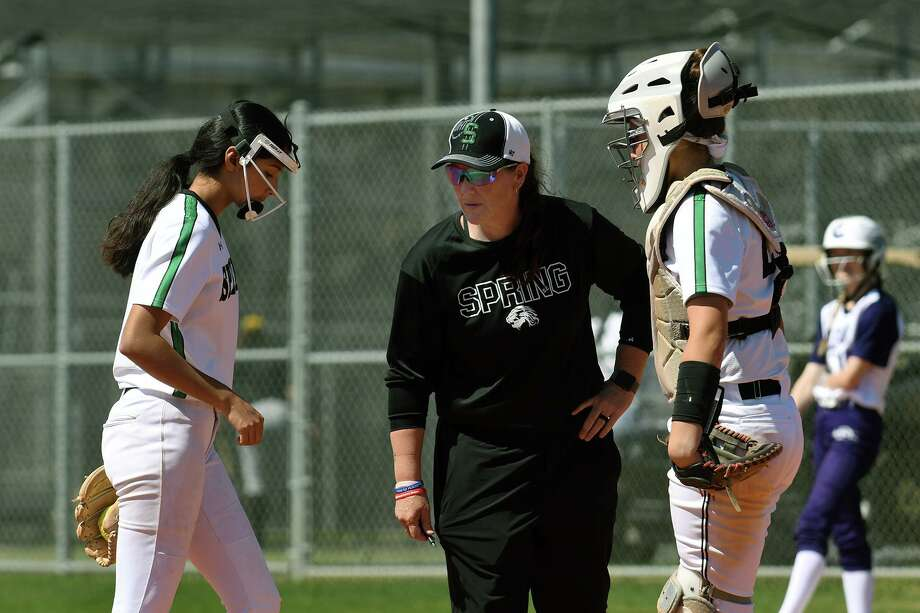 Spring Head Softball Coach Julie Wyrick, center, holds a conference with her freshman pitcher Bella De Los Santos, left, and junior catcher Jayla Park during their bracket game against Klein Cain at Cy Park High School during the Cy-Fair Softball Tournament on March 5, 2020. Photo: Jerry Baker, Houston Chronicle / Contributor / Houston Chronicle