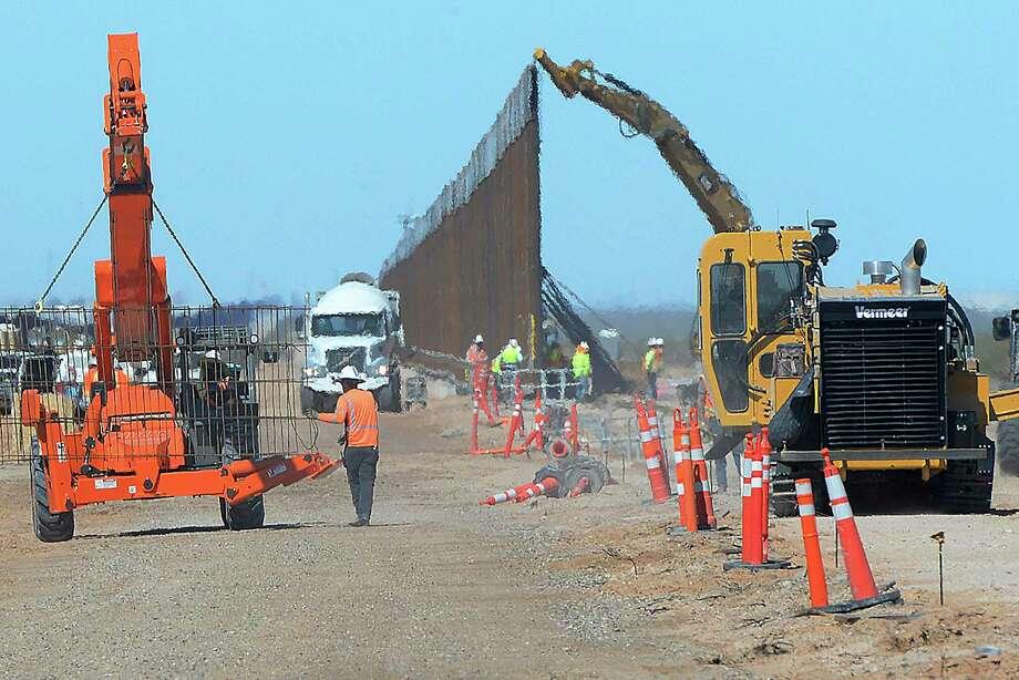 Fotografía de archivo del 23 de marzo de 2020 de trabajadores instalando una nueva sección de muro fronterizo con 9 metros (30 pies) de altura en el sur de Yuma, Arizona, cerca de la frontera entre Estados Unidos y México. Photo: Randy Hoeft /Associated Press / The Yuma Sun