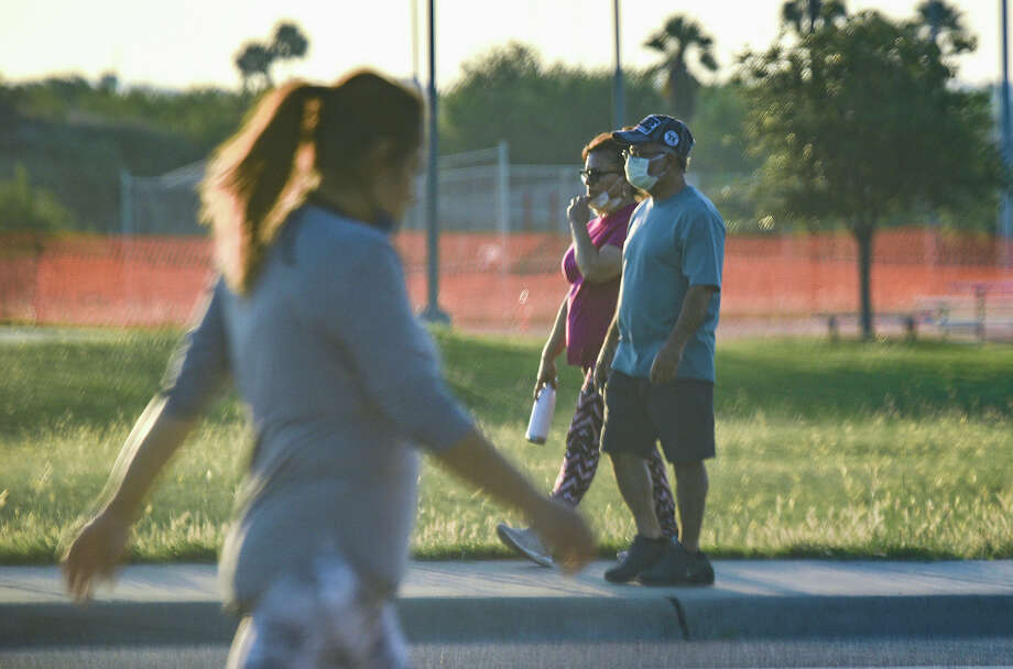 The basketball courts at Independence Hills Park remain closed, Friday, Apr. 24, 2020, as walkers exercise along the Merida Drive sidewalk. Photo: Danny Zaragoza/Laredo Morning Times