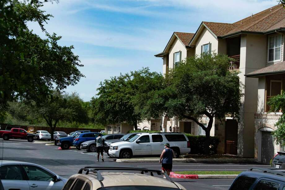 Two adults and two children were found dead at the Sedona Ranch apartments, located at 17655 Henderson Pass on the North Side. Police said a woman, who recently lost custody of her two children, shot and killed the children and her mother before killing herself on Monday, April 27, 2020. Photo: Billy Calzada, San Antonio Express-News / ***MANDATORY CREDIT FOR PHOTOG AND SAN ANTONIO EXPRESS-NEWS /NO SALES/MAGS OUT/TV