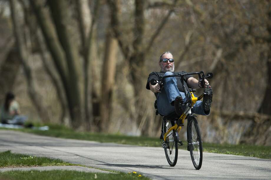 People enjoy warm weather Tuesday, April 28, 2020 near the Tridge in Midland. (Katy Kildee/kkildee@mdn.net) Photo: (Katy Kildee/kkildee@mdn.net)