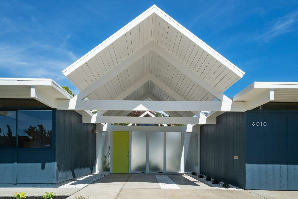 The Jones/Eichler magic starts on the curb, where the double-gabled angular drama is still in full effect.