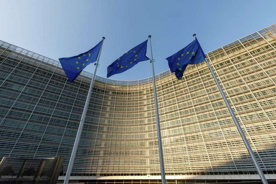 Flags of the European Union fly outside the Berlaymont building, which houses offices of the European Commission, in Brussels, Belgium, on March 26, 2020. Photo: Bloomberg Photo By Olivier Matthys. / © 2020 Bloomberg Finance LP