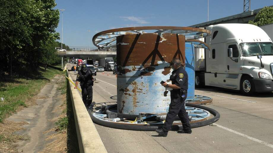 Houston police and wreckers remove loose spools from the Katy Freeway at Houston Avenue on Thursday, May 7, 2020. Photo: Jay R. Jordan / Houston Chronicle