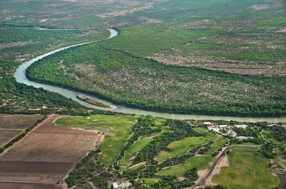 Una vista aérea del campo de golf Max Mandel, el Río Grande y México, el 10 de abril de 2014. Photo: Danny Zaragoza /Laredo Morning Times