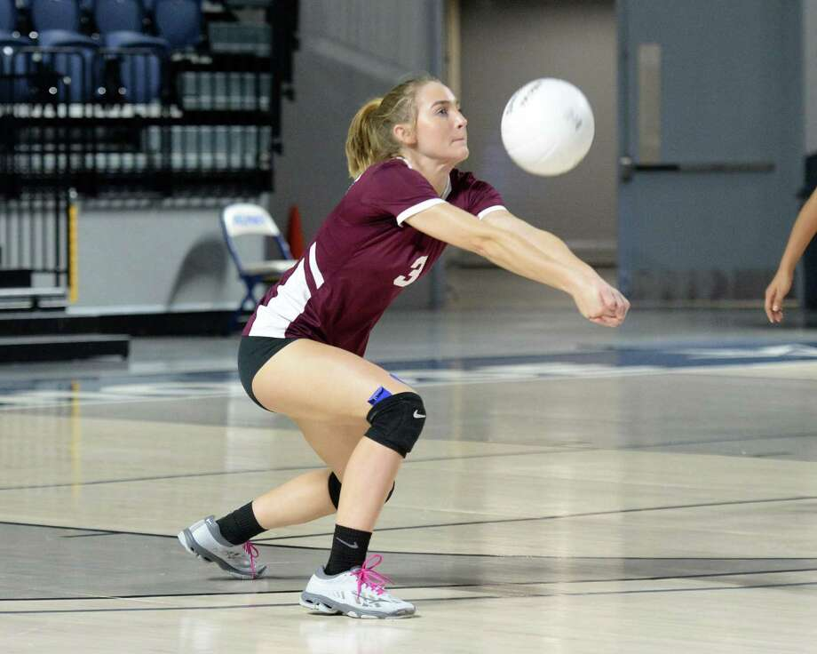 McKay Wilson (3) of Summer Creek digs for a ball in the second set of a Class 6A Region III Area-round playoff volleyball match between the George Ranch Longhorns vs Summer Creek Bulldogs on Friday, November 2, 2018 at Delmar Fieldhouse, Houston, TX. Photo: Craig Moseley, Staff / Staff Photographer / ©2018 Houston Chronicle