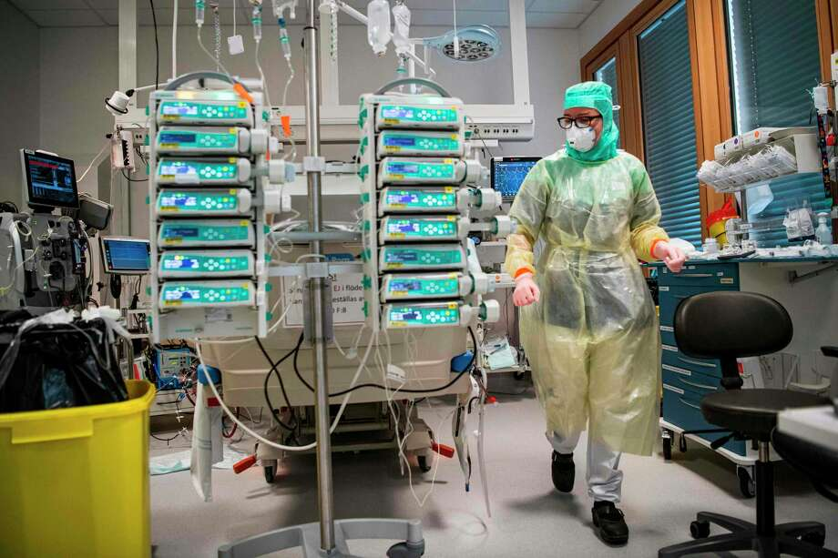 Connecticut health care workers want more new masks purchased instead of reusing them after a COVID-19 hospital outbreak has been attributed to the misuse of PPE. Photo: Jonathan Nackstrand / Getty Images / AFP or licensors