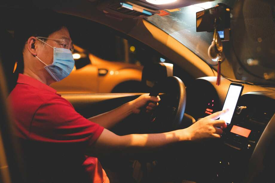 Uber will require drivers and passengers to wear face coverings. Photo: Simon2579 Via Getty Images