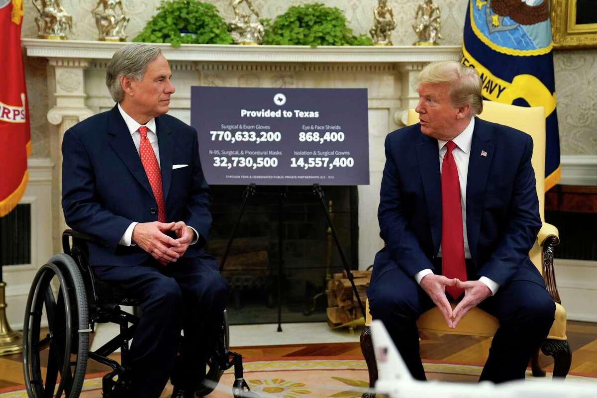 El gobernador de Texas, Greg Abbott, a la derecha, conversa con el presidente Donald Trump sobre la respuesta al coronavirus en la Oficina Oval de la Casa Blanca, en Washington, el jueves 7 de mayo de 2020.