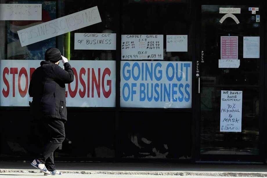 Una mujer camina frente a un negocio cerrado en Niles, Illinois, el miércoles 13 de mayo de 2020, durante los días de contingencia por el coronavirus. Photo: Nam Y. Huh /Associated Press / Copyright 2020 The Associated Press. All rights reserved.